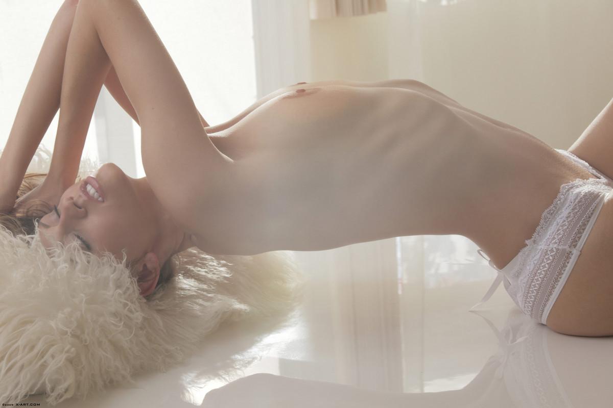 Модель с самого утра снимает белые трусы и пихает прозрачный дилдо в писечку