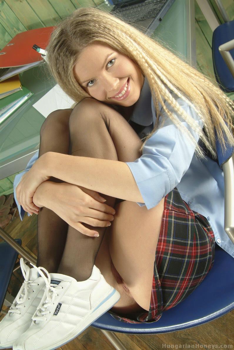 Студентка раком на стуле светит упругой задницей под короткой юбкой