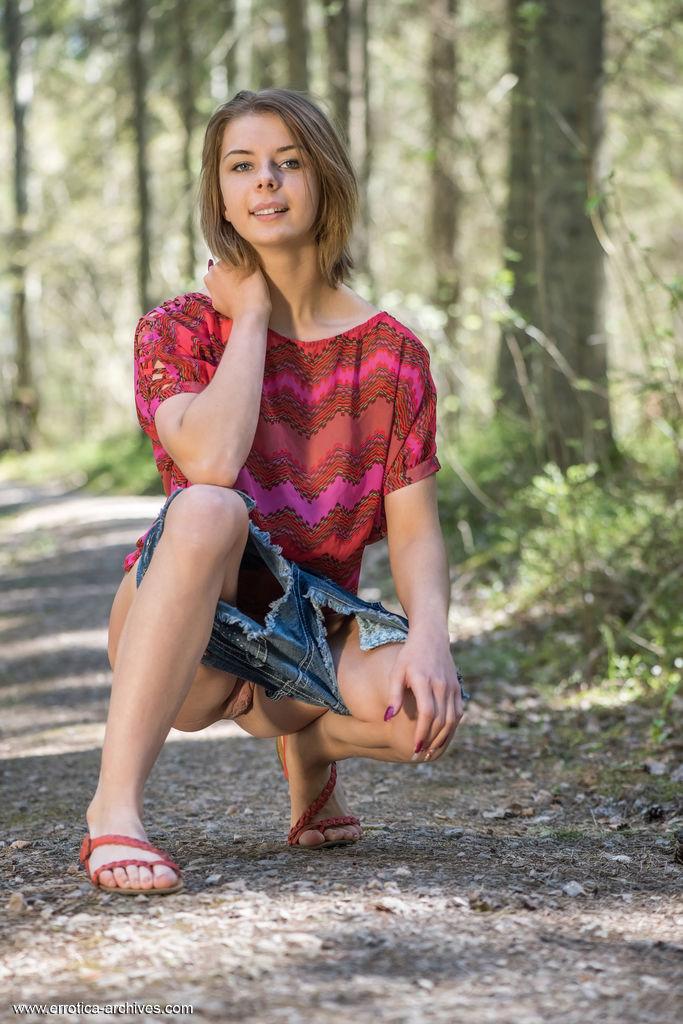 Девушка снимает джинсовые шортики в лесу и полирует ладошкой красивую пилотку