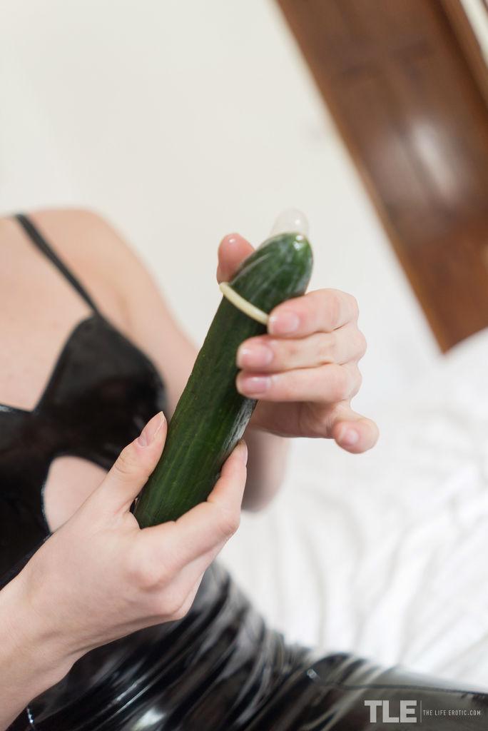 Блондинка стягивает перед мужем черное платье и интимно позирует в камеру