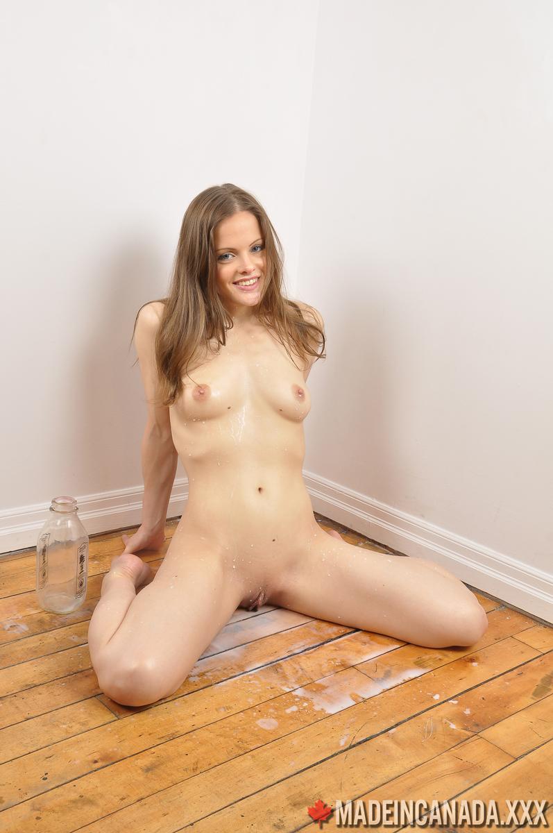 Фитоняша перед камерой сливает из промежности теплое молоко