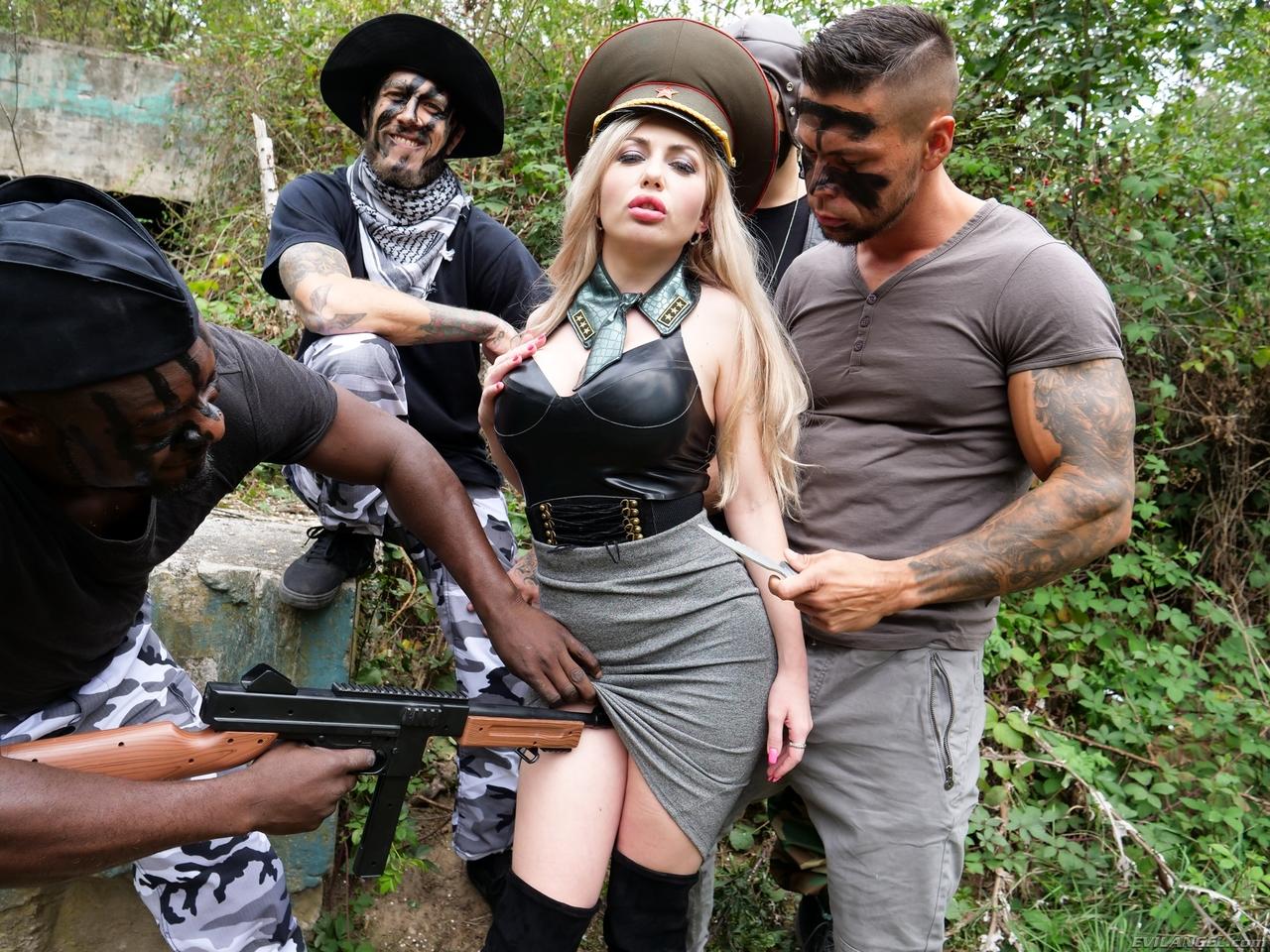Солдаты пихают гигантские члены в армейскую шлюху с большими сиськами