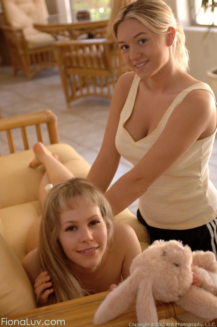Подруга делает эротический массаж лесбиянке на кожаном диване