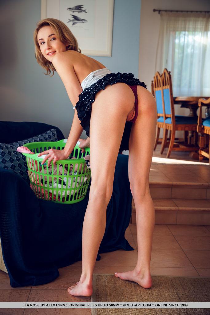 Домохозяйка обожает убираться нагишом и дрочить на синей софе пилотку