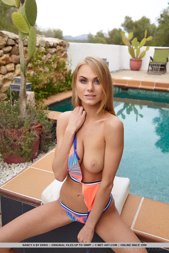 Блондинка на бортике бассейна устроила интимную фотосессию