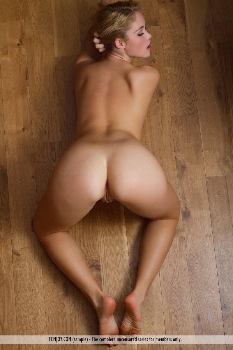 Девушка без нижнего белья гладит стоячие дойки с острыми сосочками