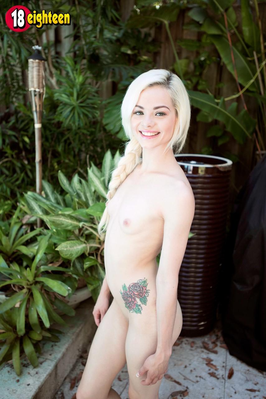 Блондинка под кустами гладит рукой перед соседом писечку до оргазма