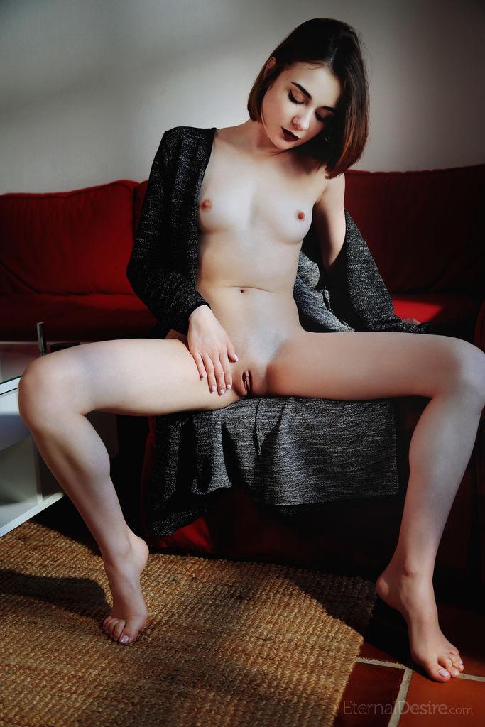 Девка задирает черное платье и показывает анальную пробку в заднице