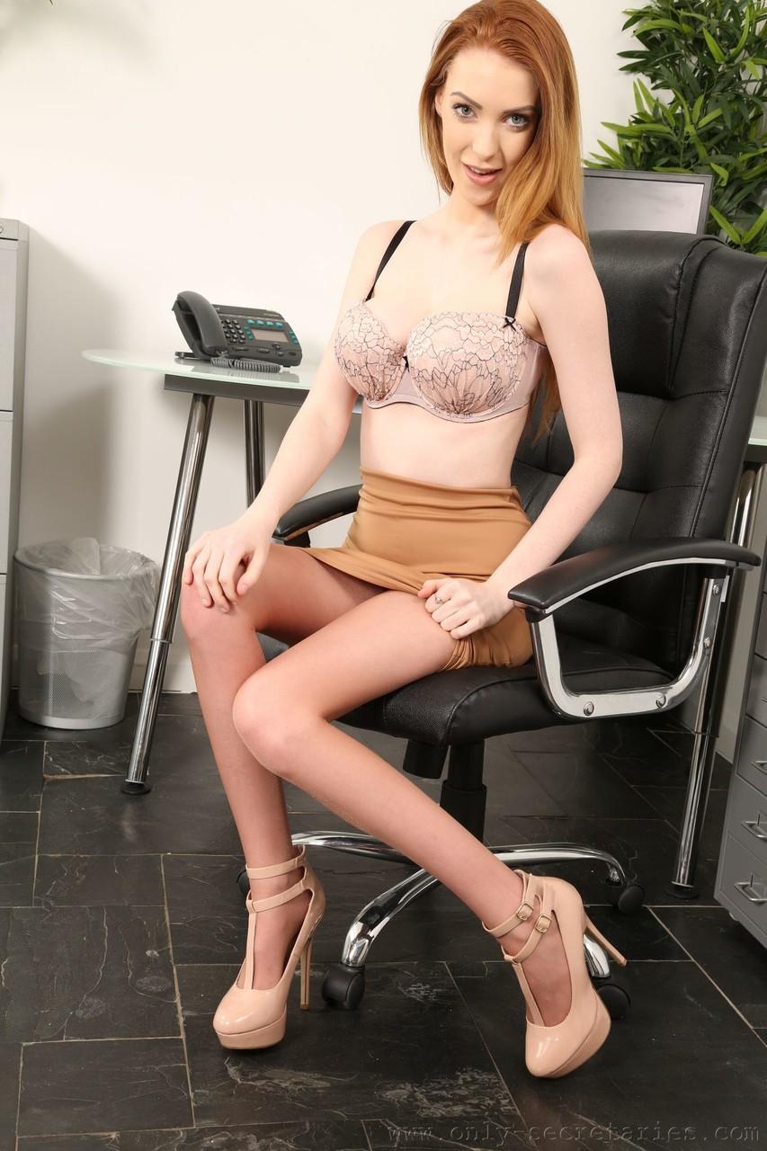 Рыжая офис-менеджер устроила для директора стриптиз в кожаном кресле