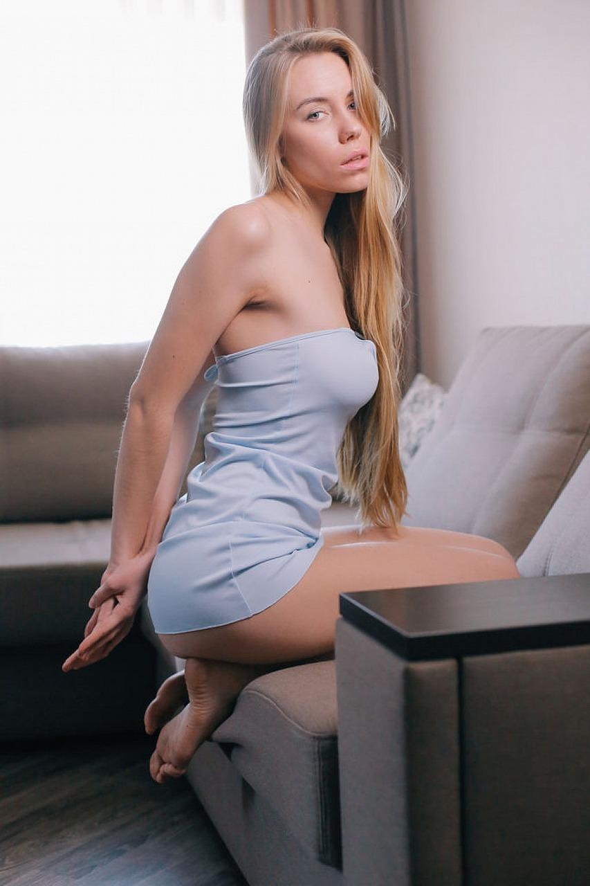 Девка на квартире босса дрочит перед фотокамерой приятную писечку