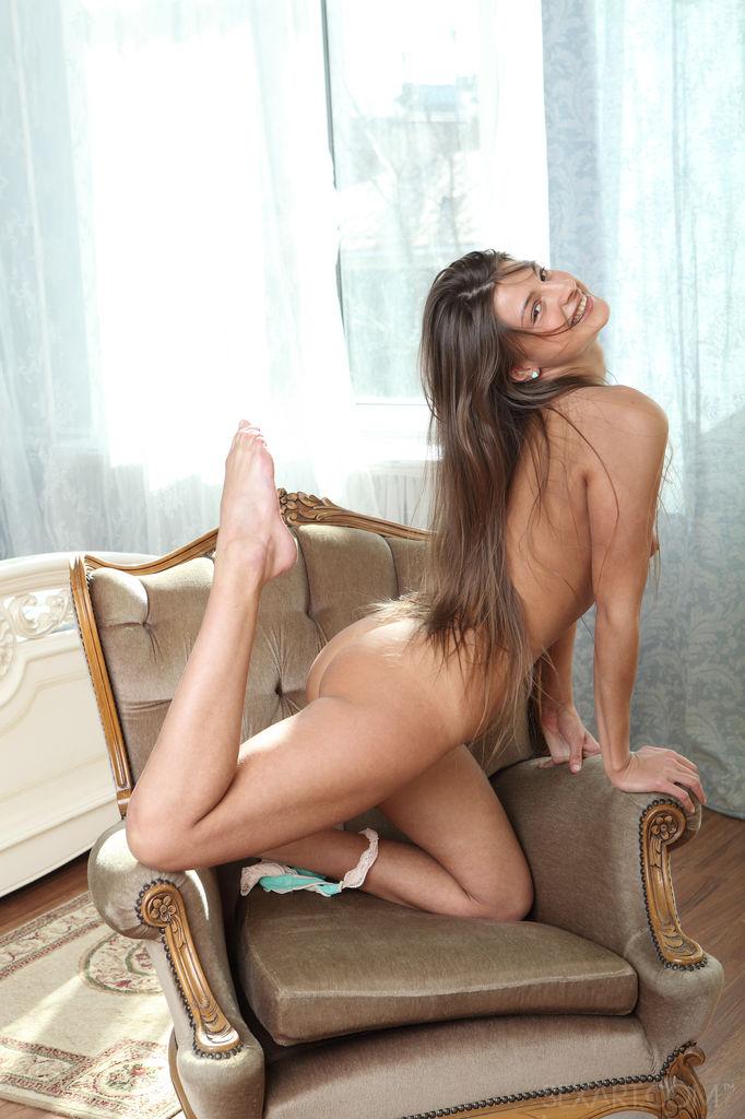 Красавице нравится сидеть на корточках у кресла и трахать себя пальчиками