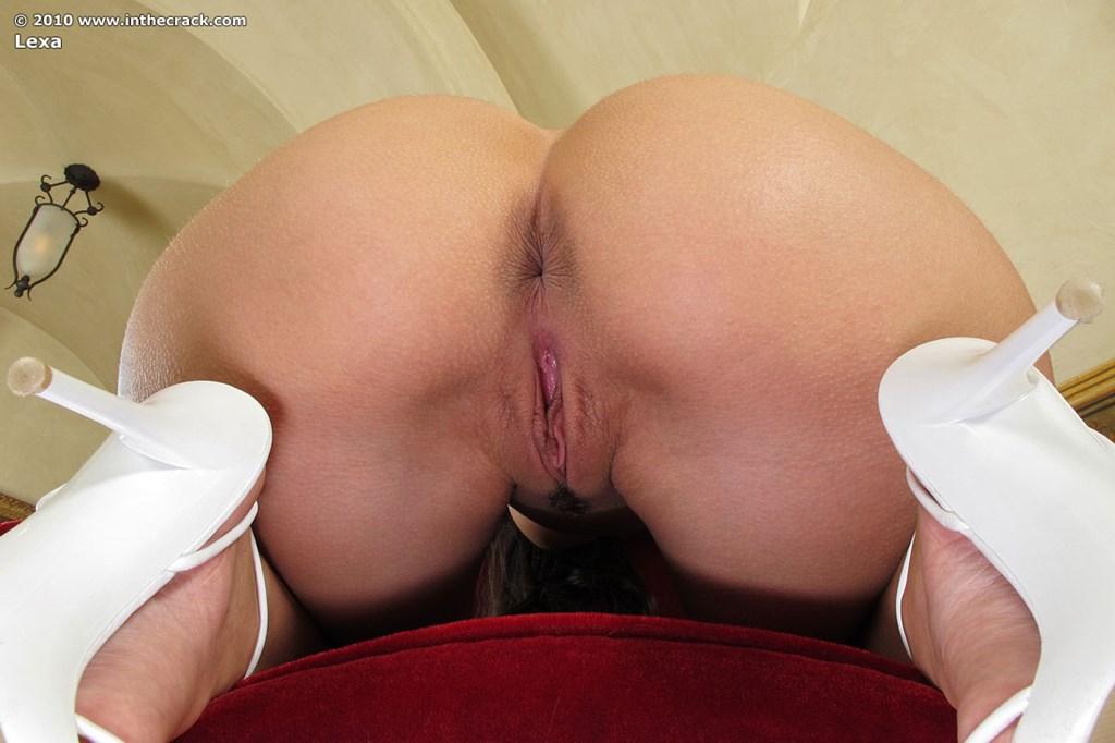 Домохозяца в бордовом кресле розовым вибратором ублажает клиторок
