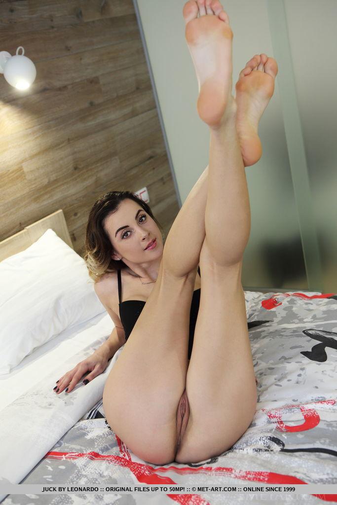 Девка поднимает за голову ноги и крупным планом фотографирует пизденку