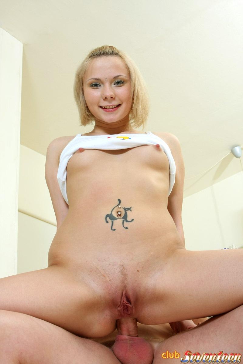 Парень полирует членом влагалище блондинки и брызгает спермой ей на анус