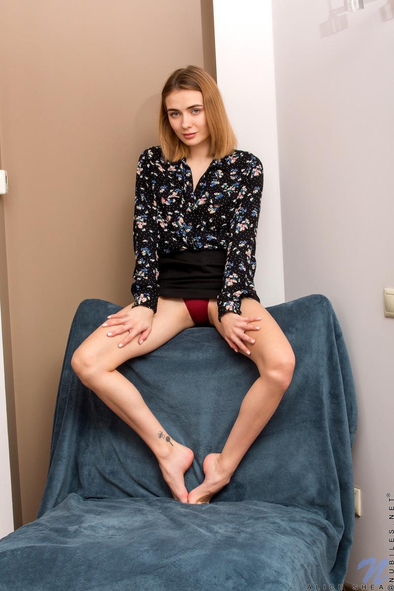 Модель с татуировкой осьминога на ноге голышом фоткается в синем кресле
