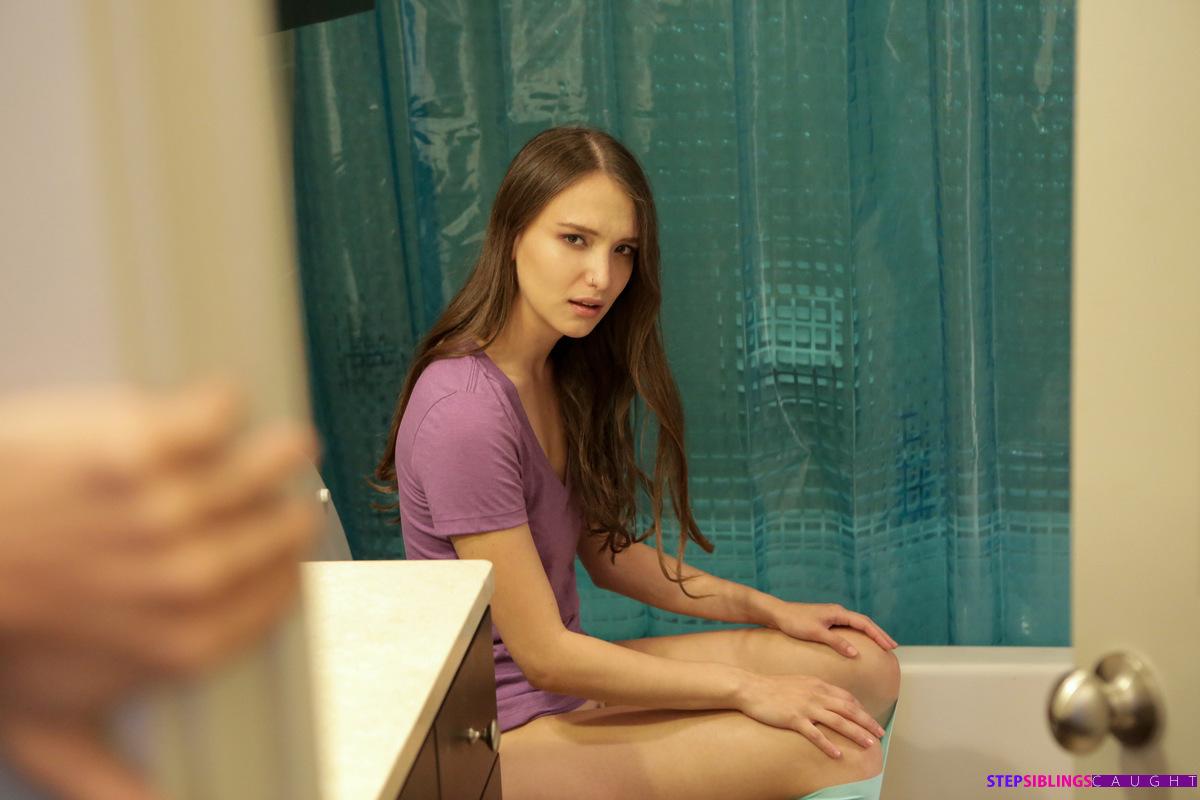 Стройняша в фиолетовой майке дает в писечку в ванне сантехнику