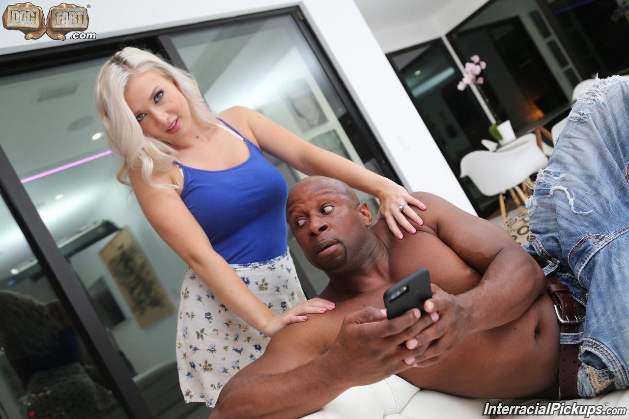 Жопастая домохозяйка изменила мужу с красивым хуястым негром