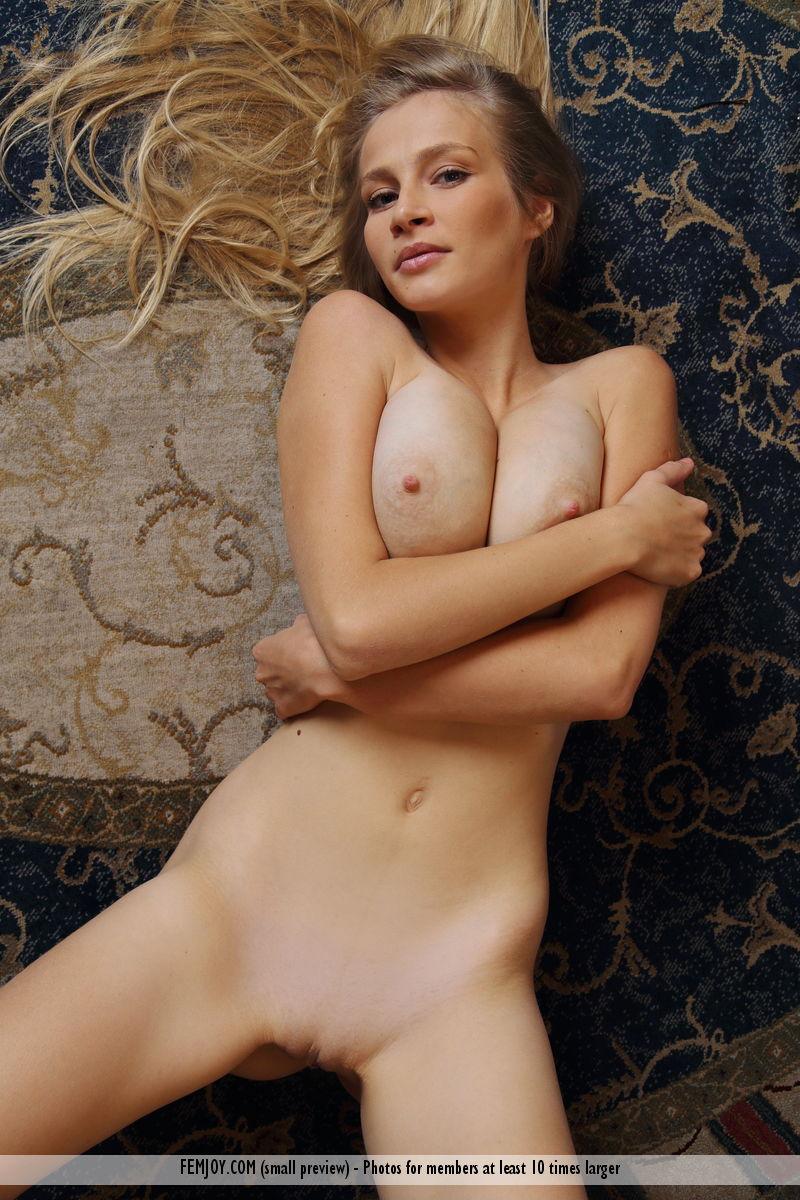 Блонди без стеснения позирует и фоткает висячие натуральные сиськи