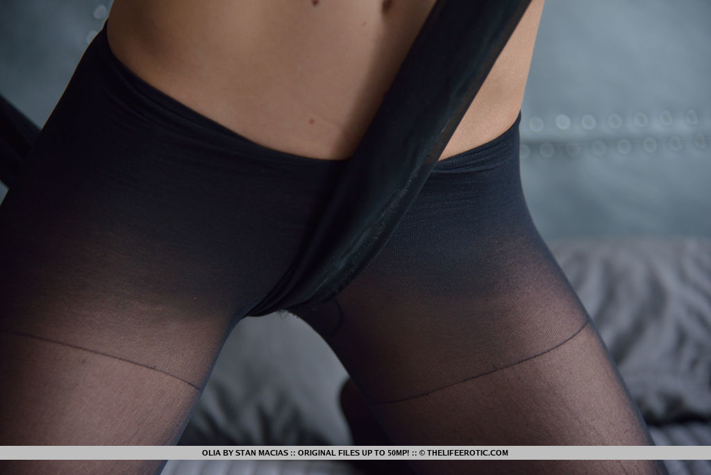 Красотка порвала между ног черные колготки во время мастурбации