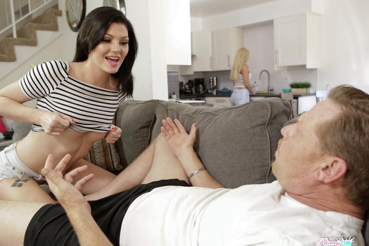 Красотка пристает к зрелому мужу сестры и наслаждается еблей без гондона в лохматку