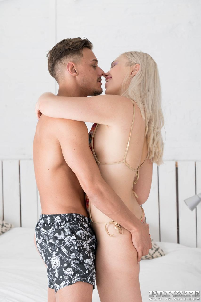 Мужик выебал жену и ее сестренку в анальные отверстия и накормил спермой