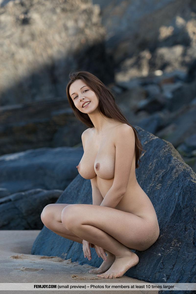 Девка на скалистом побережье возбудилась от интимной фотосъемки