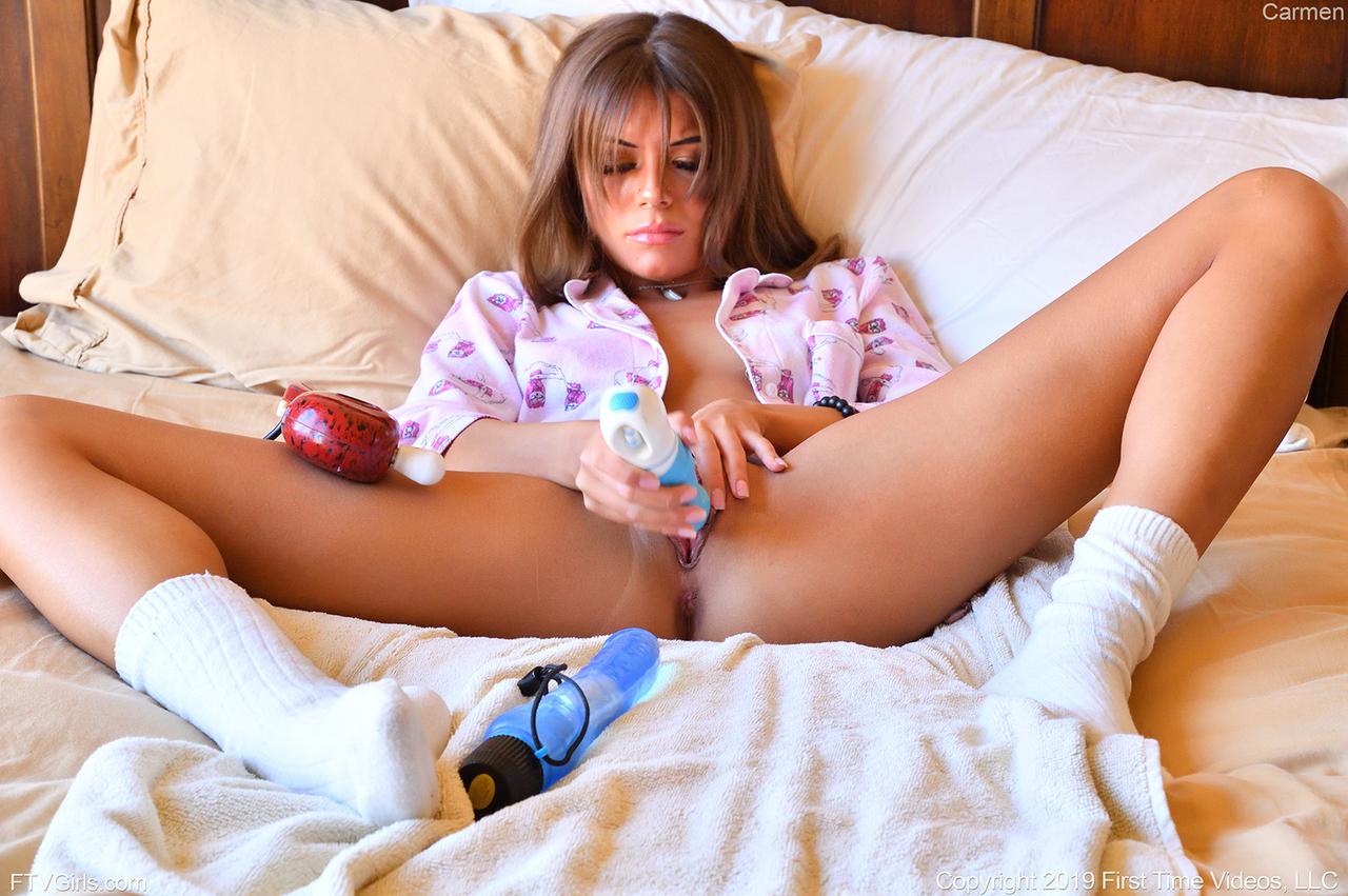 Девка ловко засунула собственный кулак в нежное широкое влагалище