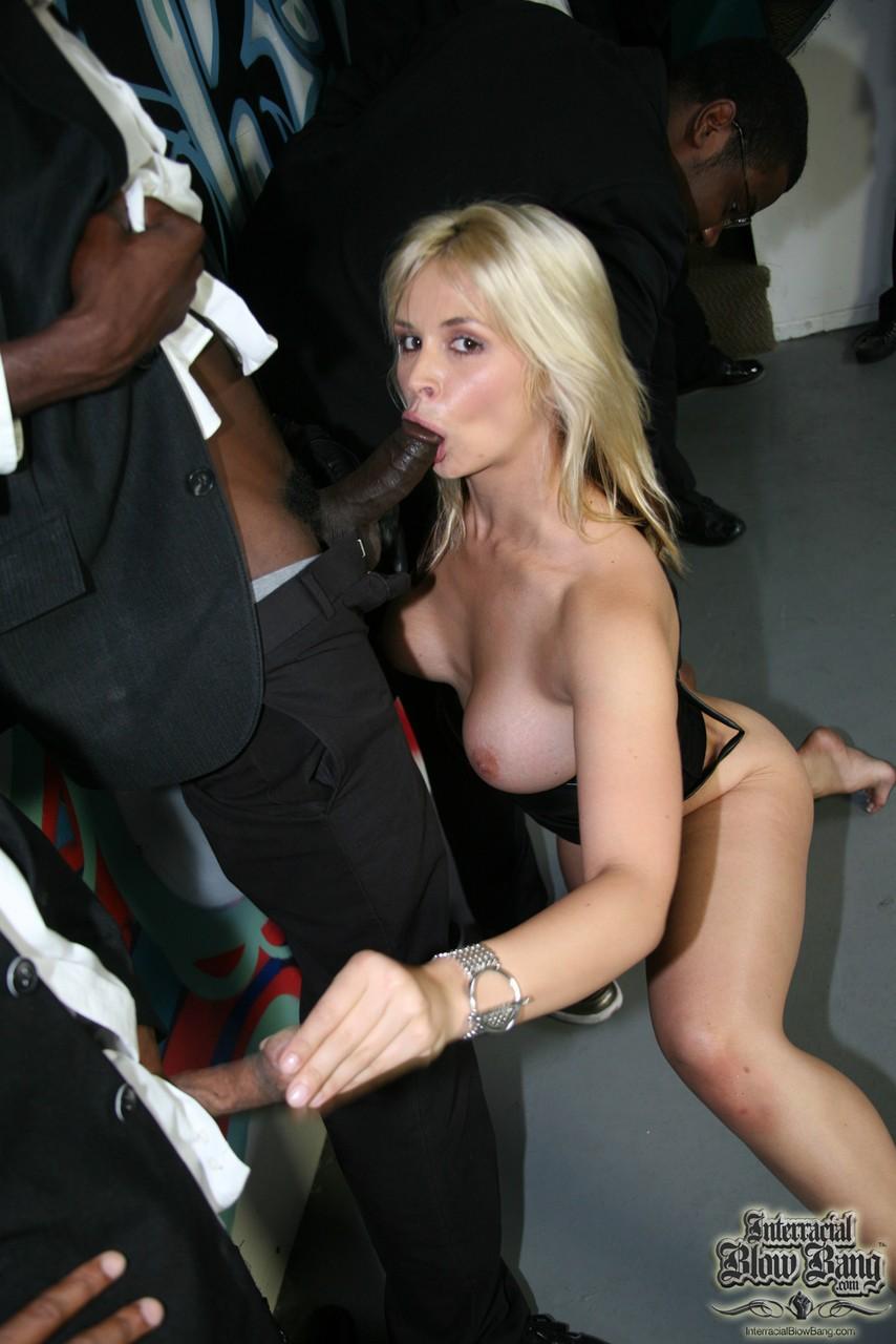 Негры в подворотне имеют в глубокое горло белую пьяную девицу в черном платье