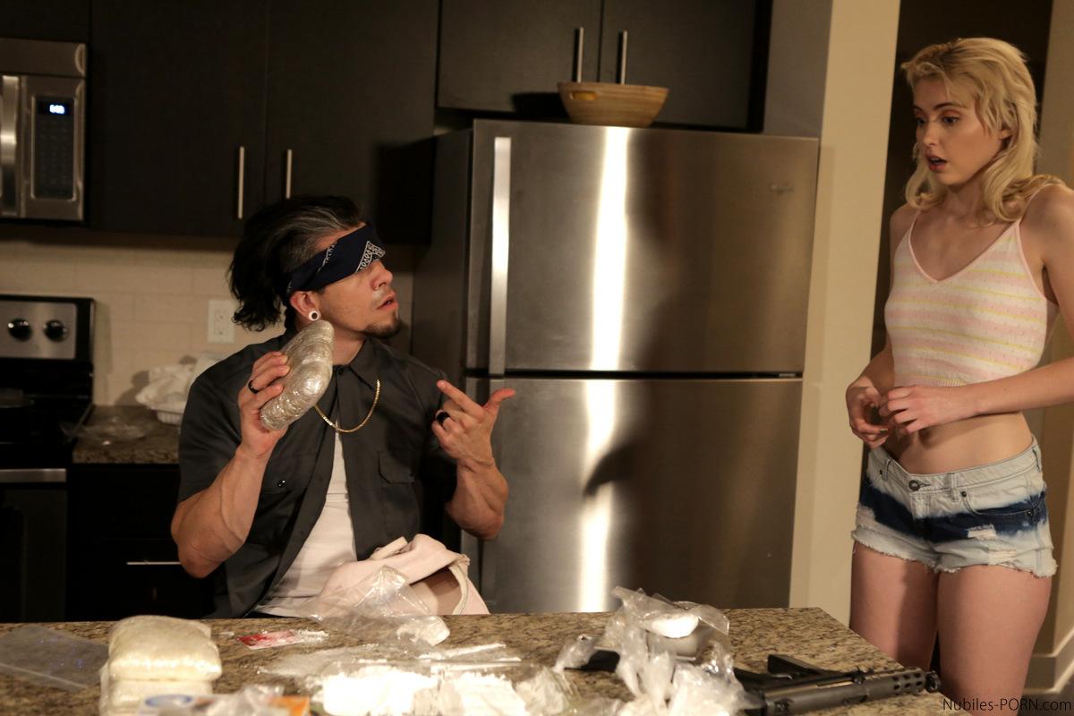 Наркобарон трахает среди кокаина аппетитную женщину-полицейскую под прикрытием