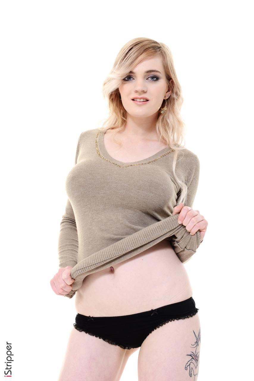 Блонди в фотостудии натирает рукой лохматое влагалище и стонет