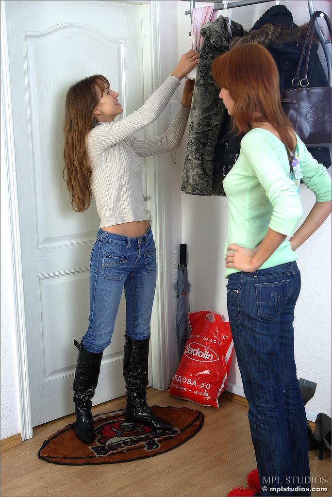 Рыжая любуется голым телом подружки во время примерки джинсов