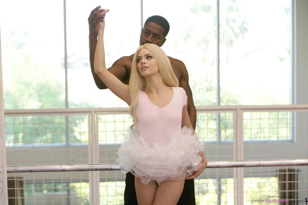 Балерина в зале присаживается глубокой писей на гигантский хуй негра