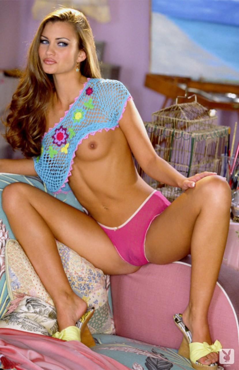 Смуглая модель поднимает платье и показывает упругий зад и лохматку