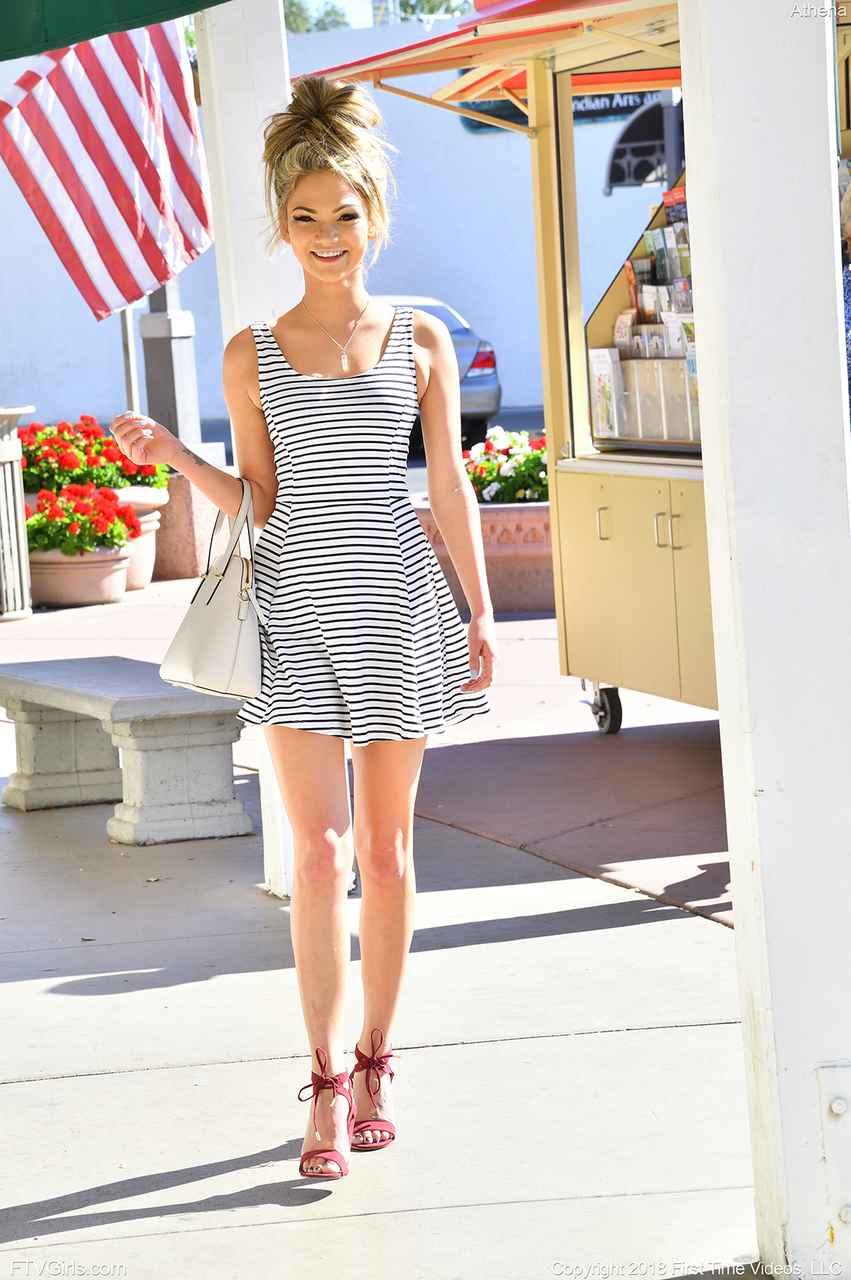 Инстамодель задирает полосатое платье и фоткает себя в белых трусиках
