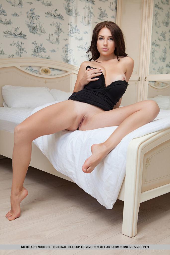 Красотка для инсты снимается без трусиков на полу у кровати