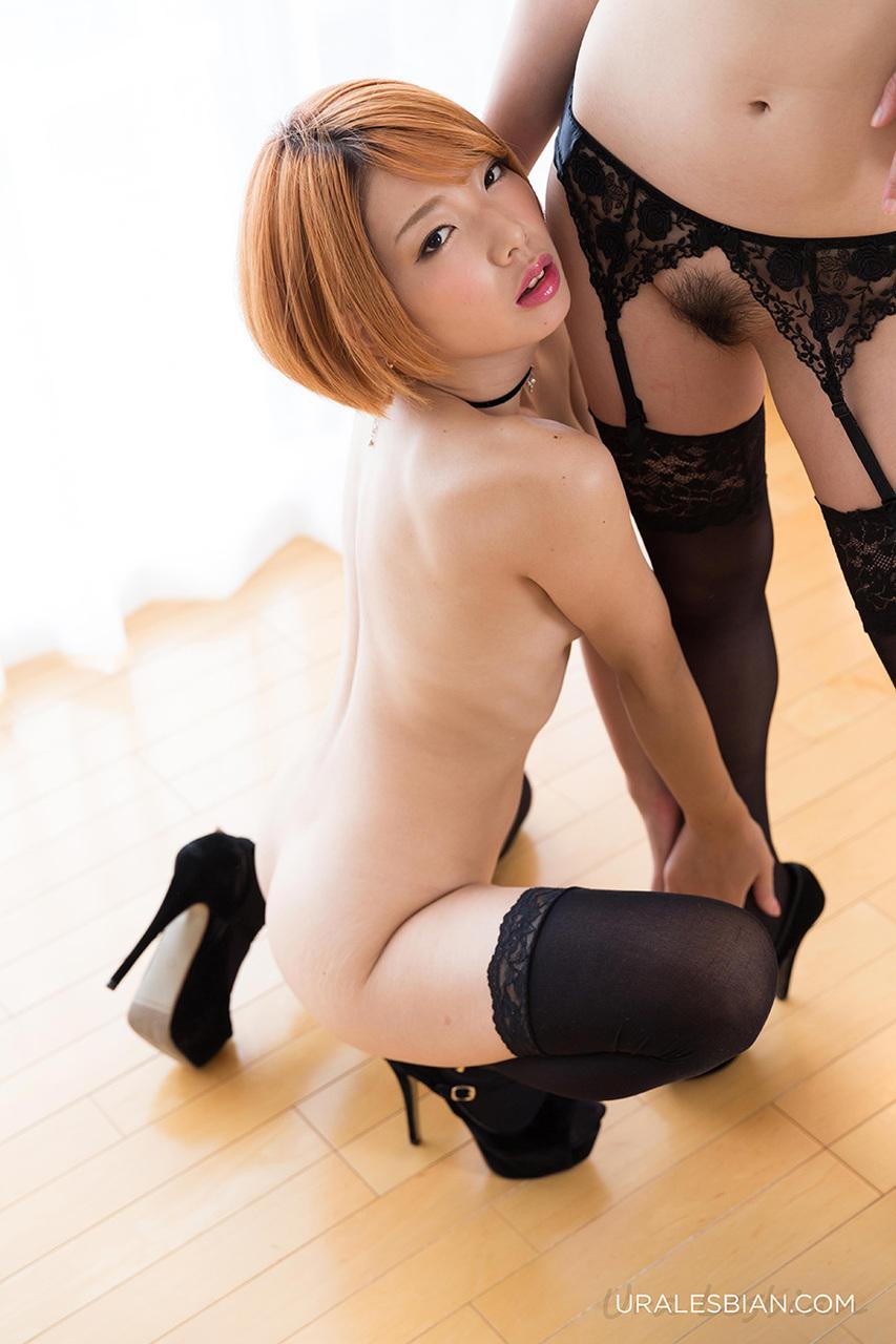 Японка прошлась язычком по мохнатой дырочке брюнетки в черных чулках