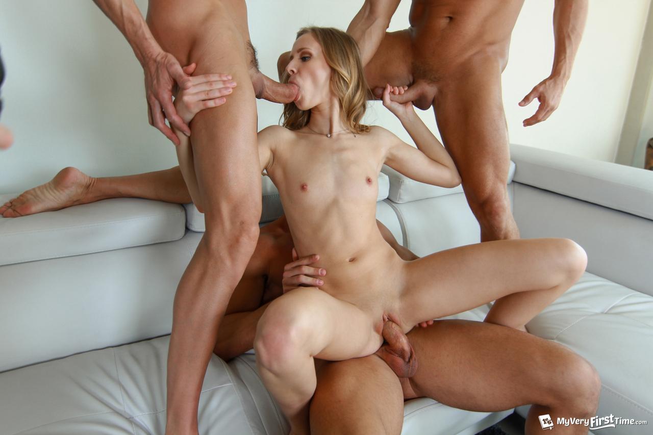 Три парня рвут большими палками пукан, вагину и горло страстной девки