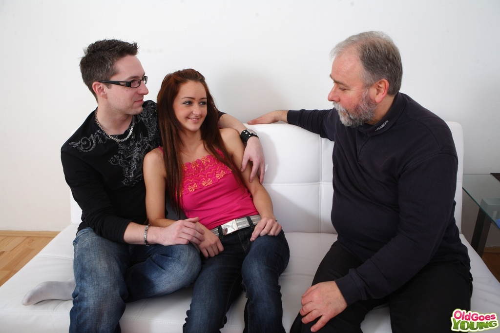 Старый отец с молодым сыном в два члена трахают горничную на белоснежном диване