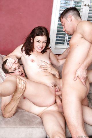 Трое парней накончали спермы в анус, ротик и влагалище стройняши
