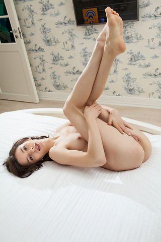 Девка на кровати снимает голые фотографии в процессе дрочки