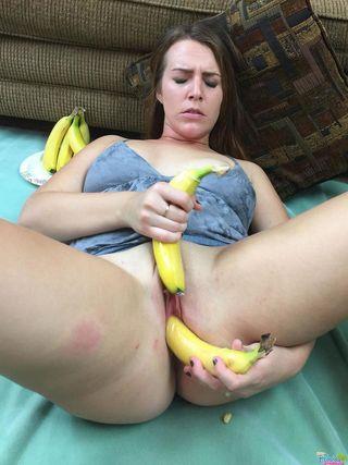 Милфа в синей ночнушке сует два банана в глубокое бритое влагалище