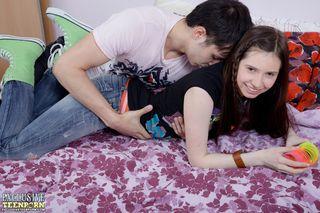 Пара студентов долго занимается сладким утренним сексом на кровати